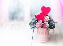 Fleurs dans le vase Rose rouge Jour du `s de mère Photos stock