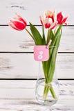 Fleurs dans le vase transparent Photographie stock