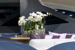 Fleurs dans le yacht images stock