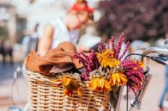 Fleurs dans un panier de bicyclette photographie stock