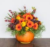 Fleurs dans un vase à potiron images stock