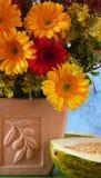 Fleurs dans un vase à terracota Photographie stock libre de droits