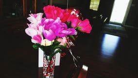 Fleurs dans un vase en verre de coverd de coeur Photo libre de droits