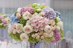 Fleurs dans un vase pour la cérémonie de mariage Images libres de droits