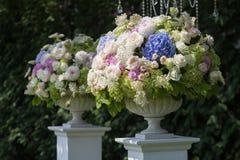 Fleurs dans un vase pour la cérémonie de mariage extérieure Image stock