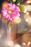 Fleurs dans un vase pour le jour de mères Photo stock