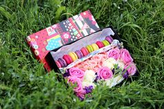 Fleurs dans une boîte sur la pelouse Images stock