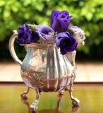 Fleurs dans une cruche argentée Photos stock