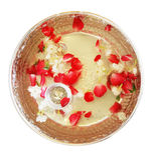 Fleurs dans une cuvette argentée sur le fond de blanc d'isolat photos libres de droits