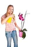 Fleurs de arrosage de femme photo stock
