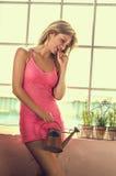 Fleurs de arrosage de jolie femme au foyer Photo libre de droits