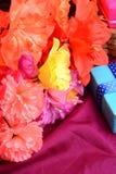 Fleurs de boîte de cadeau de whith de papier de mûre Photographie stock