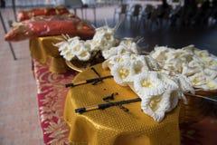 Fleurs de bois de santal ou fleurs artificielles, genre de fleurs en bois à placer sur le site de l'incinération ou utilisées pen Photos stock