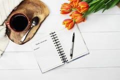 Fleurs de café et journal de nourriture photos stock