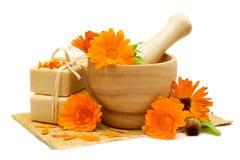 Fleurs de Calendula avec le savon de bain Photos stock