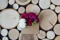Fleurs de chrysanthème sous enveloppe sur un fond en bois photo libre de droits