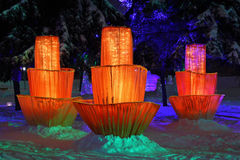 Fleurs de conte de fées et figurines glaciales parmi des arbres Photo libre de droits