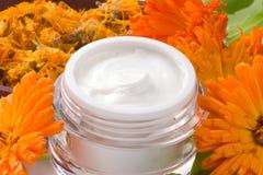 Fleurs de crème et de calendula de visage Image stock