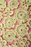 Fleurs de crochet sur un plan rapproché rose de fond images stock