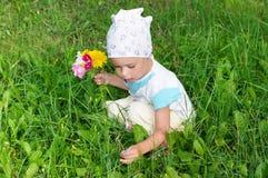 Fleurs de cueillette d'enfant Image stock