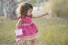 Fleurs de cueillette de fille Photographie stock