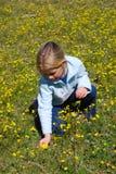 Fleurs de cueillette de fille image libre de droits