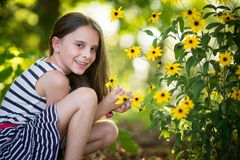 Fleurs de cueillette de fille de Littl photos stock