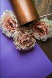 Fleurs de dentelle sur le fond foncé Image stock