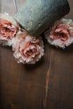 Fleurs de dentelle sur le fond foncé Photos libres de droits