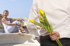 Fleurs de dissimulation de bouquet d'homme Photo libre de droits