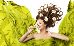 Fleurs de femme dans des boucles de cheveux, beauté Floral Hairstyle modèle photos stock