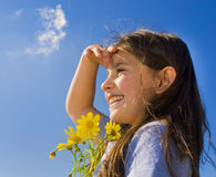 Fleurs de fixation de jeune fille Photos stock