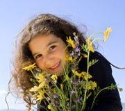 Fleurs de fixation de petite fille Images stock