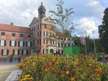 Fleurs de floraison devant le château Allemagne d'Eutin Photo stock