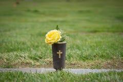 Fleurs de Graveside pour le mémorial Image libre de droits