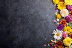 Fleurs de jardin au-dessus du fond en pierre de table Photos libres de droits