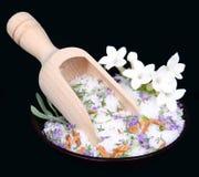 Fleurs de jasmin et sel de bain photographie stock libre de droits