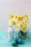 Fleurs de jonquilles de ressort et oeufs de pâques jaunes Photographie stock libre de droits