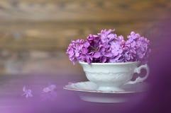 Fleurs de jour de mères dans la tasse de vintage Photographie stock