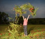 Fleurs de lancement de sourire de pavot de belle fille de l'adolescence Photographie stock