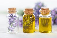 Fleurs de lavande avec l'huile essentielle photographie stock libre de droits