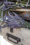 Fleurs de lavande dans la vieille caisse rustique photos libres de droits