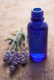 Fleurs de lavande et bouteille de parfum Photographie stock libre de droits