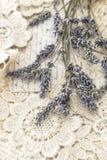 Fleurs de lavande et cartes postales sèches d'amour de vintage Images libres de droits