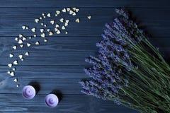 Fleurs de lavande et coeurs en bois d'amour sur une table en bois bleu-foncé Photographie stock