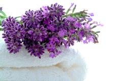Fleurs de lavande sur l'essuie-main blanc de Bath dans la station thermale Images libres de droits