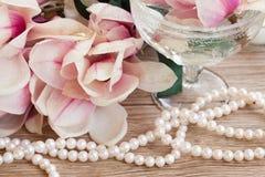 Fleurs de magnolia avec des perles Images libres de droits