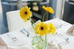 Fleurs de marguerite de Gerbera sur la table Photographie stock