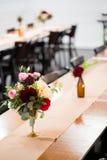 Fleurs de mariage dans des bouteilles Images libres de droits