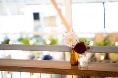 Fleurs de mariage dans des bouteilles Images stock